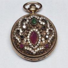 Relojes de bolsillo: ELEGANTE RELOJ DE BOLSILLO DECORADO CON CIRCONITAS Y PIEDRAS DE COLORES. Lote 143075618