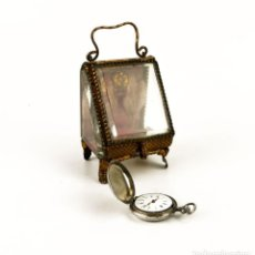 Relojes de bolsillo: RELOJ DE BOLSILLO PARA MUJER FUERTE BAÑO DE PLATA CINCELADO + SOPORTE DE MESITA DE NOCHE - SIGLO XIX. Lote 160253934