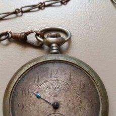 Relojes de bolsillo: ANTIGUO RELOJ DE BOLSILLO MARCA ALASKA. PRECIOSO GRABADO EN LA PARTE POSTERIOR. Lote 171592272