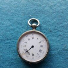 Relojes de bolsillo: RELOJ DE BOLSILLO ANTIGUO CON CAJA DE METAL LABRADA. Lote 176327493