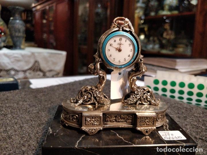 ANTIGUA PEANA RELOJERA DE PLATA CON RELOJ DE BOLSILLO EN PLATA ESMALTADO (Relojes - Bolsillo Carga Manual)