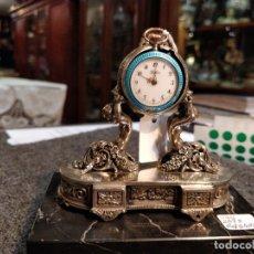 Relojes de bolsillo: ANTIGUA PEANA RELOJERA DE PLATA CON RELOJ DE BOLSILLO EN PLATA ESMALTADO. Lote 57298909