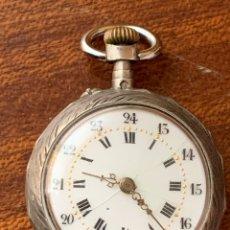 Relojes de bolsillo: ANTIGUO RELOJ DE BOLSILLO DE SEÑORA EN PLATA CON FINOS DETALLES EN ORO BAJO. FUNCIONANDO. Lote 180947451