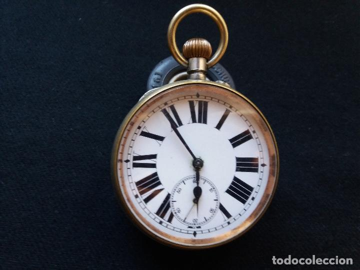 RELOJ DE BOLSILLO DE GRAN TAMAÑO, FUNCIONA, LA MAQUINARIA ESTÁ PROTEGIDA POR UNA ESFERA TRANSPARENTE (Relojes - Bolsillo Carga Manual)