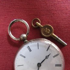 Relojes de bolsillo: ANTIGUO RELOJ SUIZO DE BOLSILLO MECÁNICO DE CUERDA MANUAL CON SU LLAVE AÑO 1850 / 1890 Y FUNCIONA. Lote 195135152