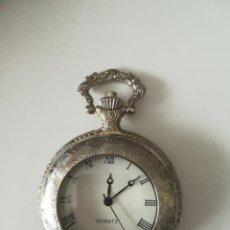 Relojes de bolsillo: ANTIGUO RELOJ DE BOLSILLO. QUARTZ. EXTERIOR LABRADO. 5.CM. VER FOTOS.. Lote 195472096