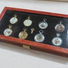 Relojes de bolsillo: RELOJES DE EPOCA, COLECCION DE 8 RELOJES EN EXPOSITOR DE LUJO CON LLAVE MAS 2 LEONTINAS,SIN ESTRENAR. Lote 204636407