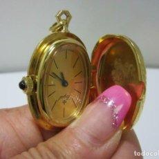 Relojes de bolsillo: MARAVILLOSO ANTIGUO RELOJ MECANICO REALEZA FLOR LIS COLGANTE ROYAL CUERDA CABUJON DE LUJO. Lote 205864261