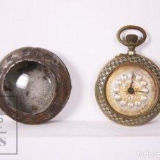 Relojes de bolsillo: ANTIGUO RELOJ DE BOLSILLO CON RELOJERA O CAJA PROTECTORA - DECORACIÓN AJEDREZADA - RESTAURACIÓN. Lote 226253466