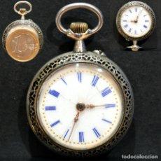Relojes de bolsillo: ANTIGUO RELOJ DE BOLSILLO CARGA MANUAL COLGANTE EN MINIATURA ESFERA DE PORCELANA. Lote 258004480