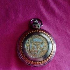 Relojes de bolsillo: ORIGINAL RELOJ DE BOLSILLO PLATEADO Y DORADO CON TAPA DECORADO CON DIBUJOS DE CABALLOS.. 3,8CM DIÁM.. Lote 284747183