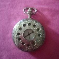 Relojes de bolsillo: HERMOSO RELOJ DE BOLSILLO PLATEADO CON TAPA DECORADO CON FILIGRANA. 3,8CM DE DIÁMETRO. Lote 284757743