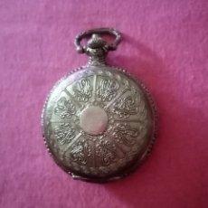 Relojes de bolsillo: BONITO RELOJ DE BOLSILLO PLATEADO CON TAPA, RELIEVES Y FILIGRANAS 4CM DE DIÁMETRO. Lote 284760548