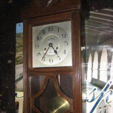 Relojes de pared: ANTIGUO RELOJ DE PARED DE MADERA DE HAYA, MARCA KIENZLE. 69X29X15 CM.. Lote 32518305