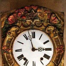Relojes de pared: RARO RELOJ DE PARED MOREZ PENDULO REAL POLICROMADO, MOVIMIENTO EN EL PENDULO.. Lote 26608046