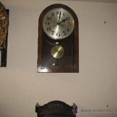 Relojes de pared: RELOJ DE PARED PENDULO Y LLAVE DE CUERDA CAJA DE MADERA MEDIDA 52 X 30 X 15 CM.FUNCIONANDO. Lote 26907175