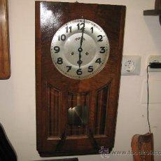 Relojes de pared: RELOJ DE PARED CAJA DE MADERA Y CRISTAL BISELADO RELOJERIA MAURER. FUNCIONANDO -. Lote 27055858