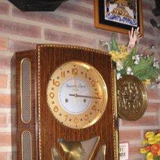 Relojes de pared: ANTIGUO RELOJ JUNGHANS- DE SANTOÑA- AÑO 1950- GRAN SONORIDAD. Lote 32525526