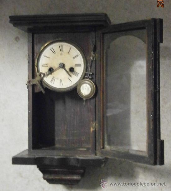 RELOJ DE PARED, ESFERA DE PAPEL, CON PÉNDULO Y LLAVE. 40X21CM APROX. NO FUNCIONA (Relojes - Pared Carga Manual)