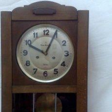 Relojes de pared: CIRCA 1920-1950. ANTIGUO RELOJ DE PARED. FIRMADO EN LA ESFERA.. Lote 30696359