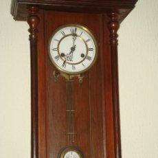 Relojes de pared: RELOJ DE PARED DE PÉNDULO BASTANTE ANTIGUO. Lote 40681113