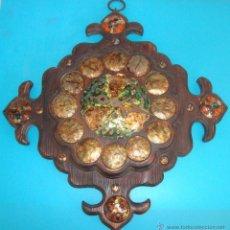 Relojes de pared: RELOJ DE CARGA MANUAL, RUSTICO EN MADERA TALLADA DECORADO Y FIRMADO. Lote 41044924