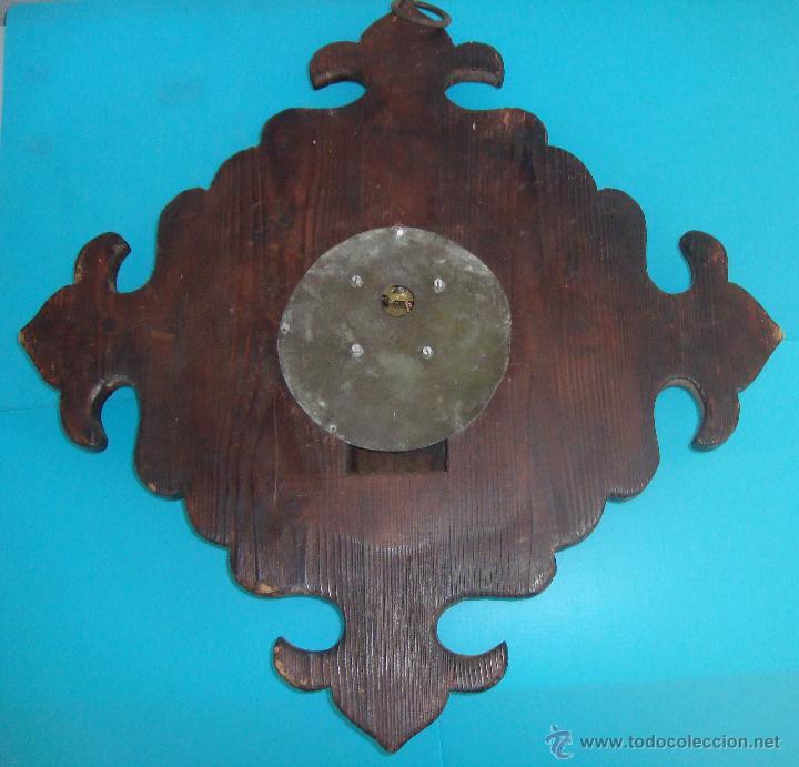 Relojes de pared: RELOJ DE CARGA MANUAL, RUSTICO EN MADERA TALLADA DECORADO Y FIRMADO - Foto 2 - 41044924