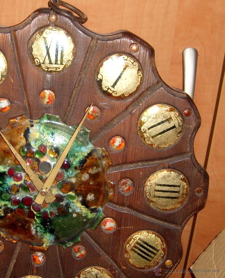 Relojes de pared: ANTIGUO Y PRECIOSO RELOJ RUSTICO DE MADERA TALLADA Y DECORADO CON CERAMICA ESMALTADA. FUNCIONANDO - Foto 2 - 44879888