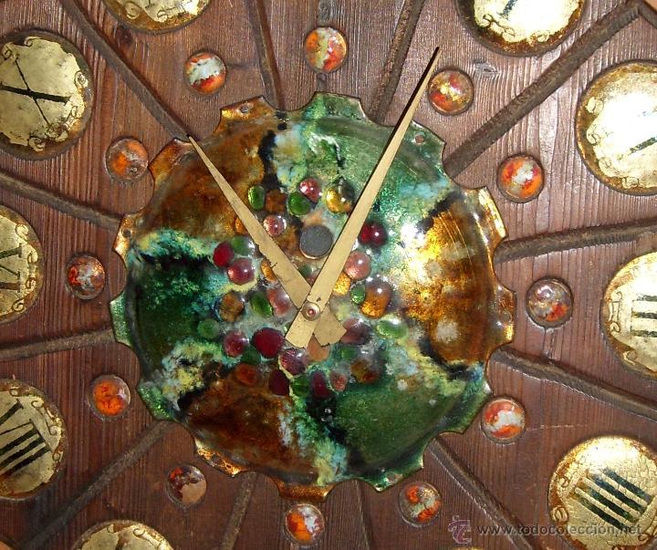 Relojes de pared: ANTIGUO Y PRECIOSO RELOJ RUSTICO DE MADERA TALLADA Y DECORADO CON CERAMICA ESMALTADA. FUNCIONANDO - Foto 3 - 44879888