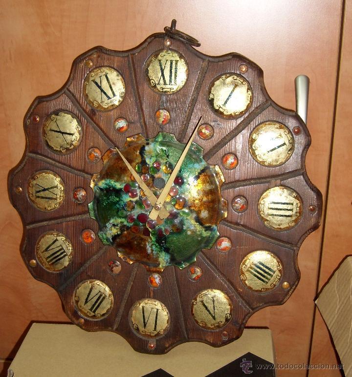 Relojes de pared: ANTIGUO Y PRECIOSO RELOJ RUSTICO DE MADERA TALLADA Y DECORADO CON CERAMICA ESMALTADA. FUNCIONANDO - Foto 4 - 44879888