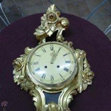 Relojes de pared: IMPORTANTE Y CURIOSO RELOJ DE PARED CON RETABLO EN MADERA TALLADA A MANO Y POLICROMADA AL ORO FINO. Lote 45026884