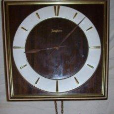 Relojes de pared: RELOJ DE PARED MARCA JUNGHANS CON CADENAS Y PENDULOS SONIDO DE HORAS Y CUARTOS - EN MADERA Y METAL. Lote 171994522