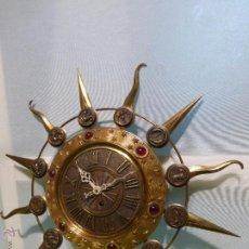 Relojes de pared: ANTIGUO Y RARO RELOJ DE PARED EN BRONCE CON FORMA DE SOL Y SÍMBOLOS DEL ZODIACO EN RELIVE. Lote 48413224
