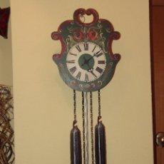 Relojes de pared: RELOJ DE PARED CON BONITOS DIBUJOS DE FLORES PINTADOS A MANO.CUERDA 7-8 DÍAS.. Lote 48597481