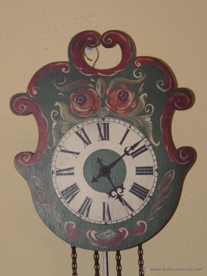 Relojes de pared: RELOJ DE PARED CON BONITOS DIBUJOS DE FLORES PINTADOS A MANO.CUERDA 7-8 DÍAS. - Foto 2 - 48597481