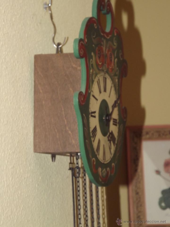 Relojes de pared: RELOJ DE PARED CON BONITOS DIBUJOS DE FLORES PINTADOS A MANO.CUERDA 7-8 DÍAS. - Foto 4 - 48597481