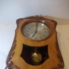 Relojes de pared: ANTIGUO RELOJ DE PARED EN MADERA NOBLE DE PRINCIPIOS DE SIGLO XX. Lote 50146659