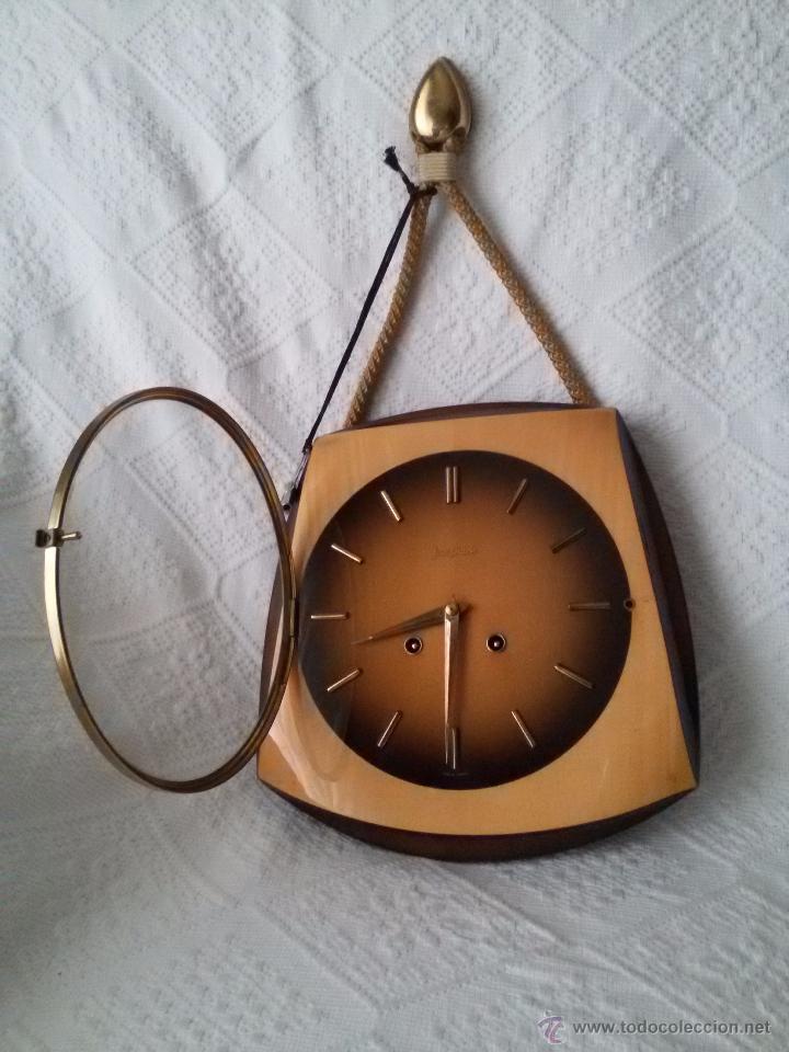 ORIGINAL Y ANTIGUO RELOJ DE PARED- ALEMÁN JUNGHANS-DE MADERA Y METAL EL REVERSO-NECESITA LIMPIEZA (Relojes - Pared Carga Manual)