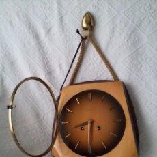 Relojes de pared: ORIGINAL Y ANTIGUO RELOJ DE PARED- ALEMÁN JUNGHANS-DE MADERA Y METAL EL REVERSO-NECESITA LIMPIEZA. Lote 50868846