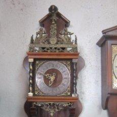 Orologi da parete: RELOJ HOLANDÉS AÑOS 20 CON CAJA DE MADERA Y ADORNOS EN LATÓN. EN FUNCIONAMIENTO.. Lote 52963889