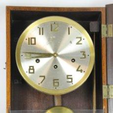 Relojes de pared: RELOJ DE PARED EN MADERA. ESFERA EN ALUMINIO Y LATON. AÑOS 20-30. Lote 51116423