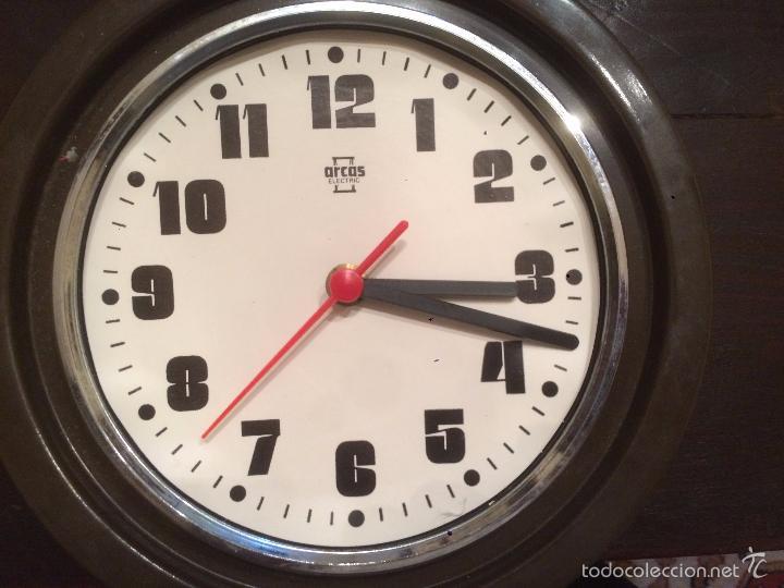 Relojes de pared: Antiguo reloj de pared marca Arcos Electric de los años 70 - Foto 4 - 57419443