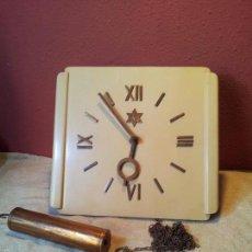 Relojes de pared: RELOJ DE PARED EN MADERA LACADA Y BRONCE, PENDULO Y 1 PESO..TIPO RATERA..MARCA YUNKE -AÑOS 40-50. Lote 57465129