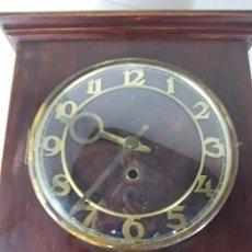 Relojes de pared: ANTIGUO RELOJ DE PARED A CUERDA CON ESFERA EN LATON Y LLAVE. Lote 57485392