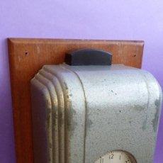 Relojes de pared: PRECIOSO Y ANTIGUO RELOJ DE FICHAR ART DECO.. Lote 67437473