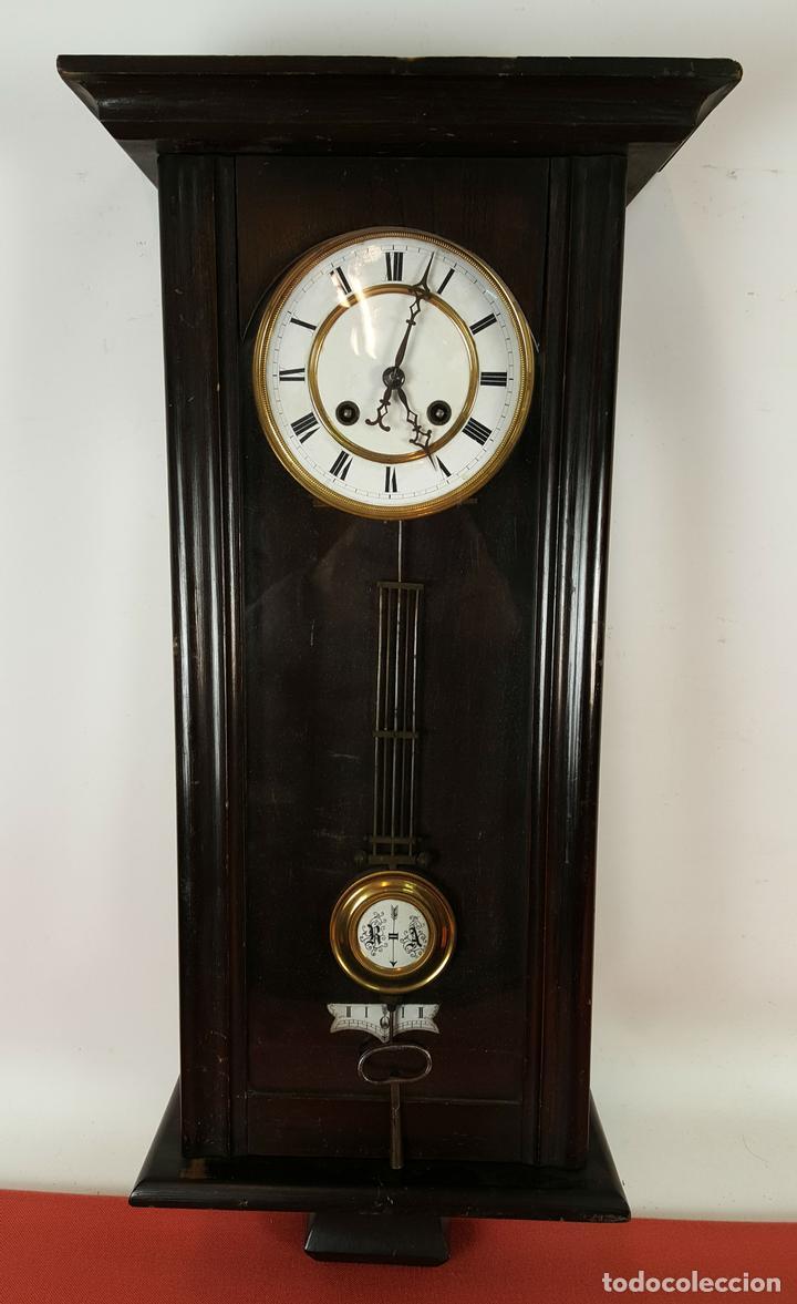 RELOJ DE PARED. MUEBLE EN MADERA. MAQUINARIA PARIS. SIGLO XIX-XX. (Relojes - Pared Carga Manual)