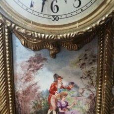 Relojes de pared: RELOJ ANTIGUO DE MESILLA DE METAL AÑOS 60. Lote 75322939