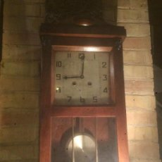 Relojes de pared: ANTIGUO RELOJ DE PARED A CUERDA CON CAJA DE MADERA Y MAQUINARIA DE LOS AÑOS 40-50. Lote 186288717