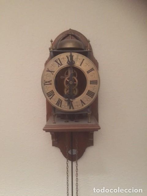 Relojes de pared: RARO RELOJ MAQUINARIA VISTA,PERFECTAS CONDICIONES,A DESTACAR SU GRAN CAMPANA Y SU FORMA - Foto 2 - 97033044