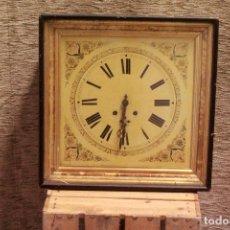 Relojes de pared: ANTIGUO Y RARO RELOJ A CUERDA, EN MADERA, CON ESFERA EN METAL ESMALTADO Y PINTADO.. Lote 79672297